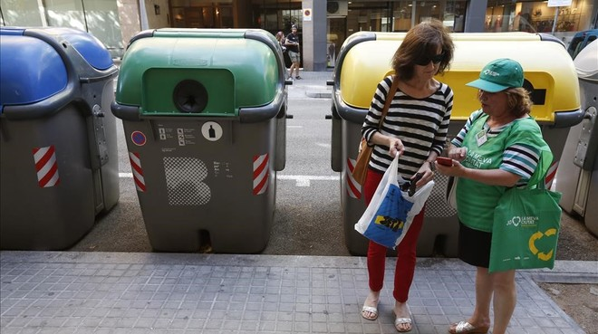 Unos contenedores de reciclaje en una calle de Barcelona.