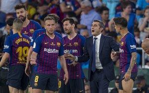 Ernesto Valverde, rodeado de sus jugadores.