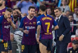 Valverde se drige a Messi y Coutinho durante una pausa por el calor en la final de Copa.