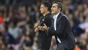 Valverde da instrucciones a sus jugadores en el Barça-Eibar.