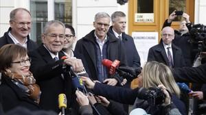 Van der Bellen, candidato de Los Verdes, con su mujer, Doris Schmidauer, tras votar en Viena, este domingo.