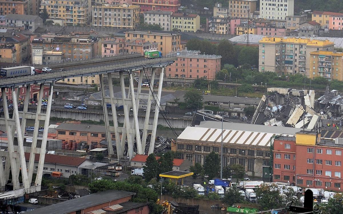 Varios camiones, uno de ellos al borde del abismo, se han quedado atrapados como consecuencia del derrumbe del viaducto de Génova.