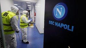 Varios trabajadores desinfectan los vestuarios del estadio de Sao Paolo del Nápoles.
