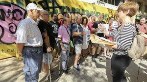 Vecinos y entidades denuncian que la retirada del tejado con amianto del cine Urgell se está realizando de forma inadecuada