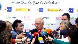 El ministro Borrel atiende a los periodistas.