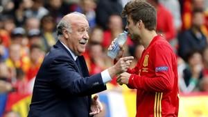 El exseleccionador Vicente del Bosque y el futbolista Gerard Piqué, durante un partido de la selección en la Eurocopa del 2016.