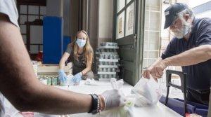 Voluntarios de la fundación Formació i Treball reparten comida entre las personas más vulnerables, el pasado 16 de mayo en Barcelona.