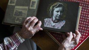 Margot Wölk, que a sus 95 años desvelóque había sido utilizada como cobaya para probar la comida de Hitler y que inspiró la novela de Postorino. En la imagen enseña una foto suya durante la guerra.
