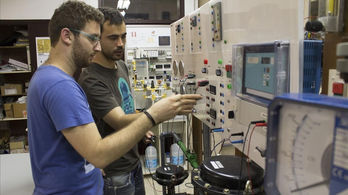 Alumnos de FP en el taller de Electroquímica del instituto Comte de Rius, en Tarragona.