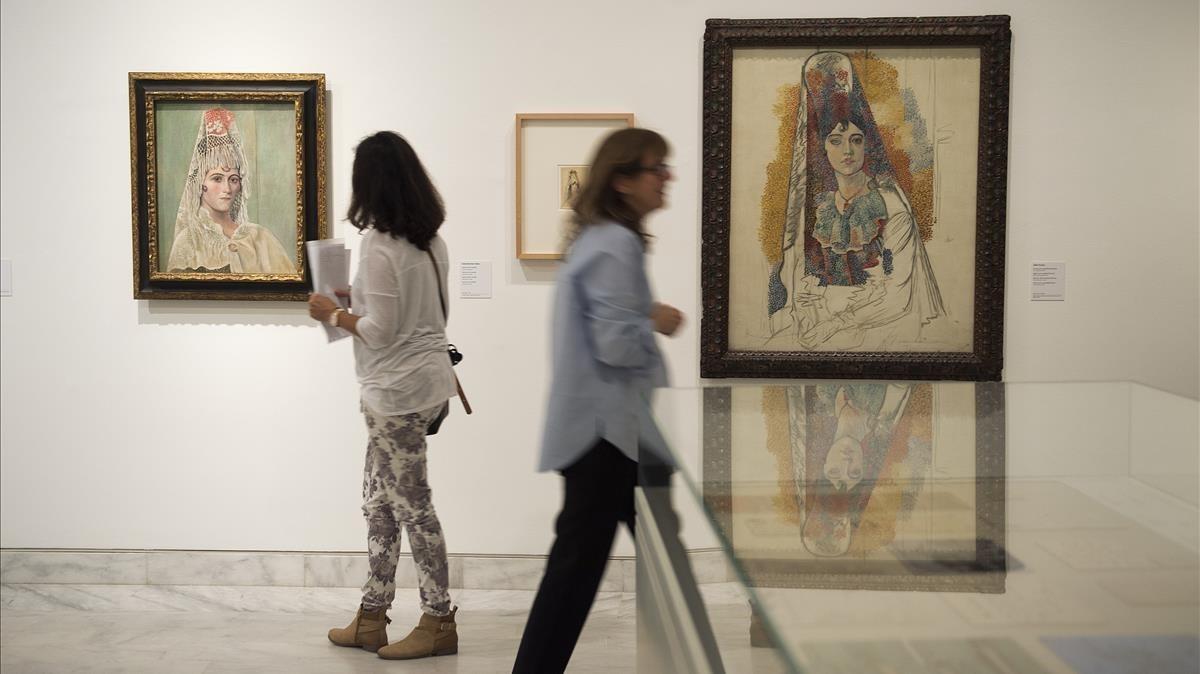 Imagen de la exposición 1917, Picasso en Barcelona con las telas Mujer con mantilla [Fatma], a la derecha, y Olga Khokhlova con mantilla.
