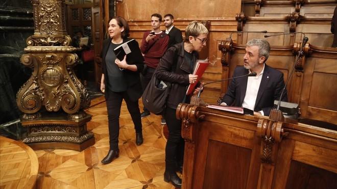 Jaume Collboni y Ada Colau en un pleno del Ayuntamiento de Barcelona.