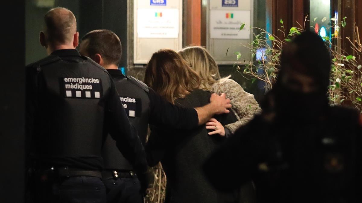 La esposa del cónsul de Mali en Barcelona, primera por la derecha, liberada después de ser retenida durante horas por un hombre, ya detenido.