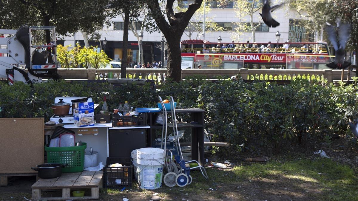 Unos 60 sin techo acampan desde hace un mes y medio en la plaza de Catalunya.