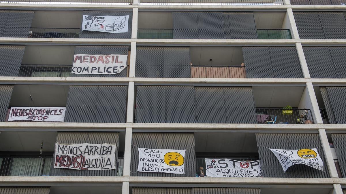 Fachada de un edificio en la Avinguda deBarcelona de Sant Joan Despí, con pancartas contra la especulación inmobiliaria y los alquileres abusivos.