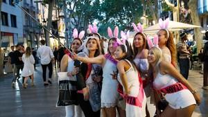Un grupo de chicas en una despedida de soltera en Barcelona, el pasado viernes.