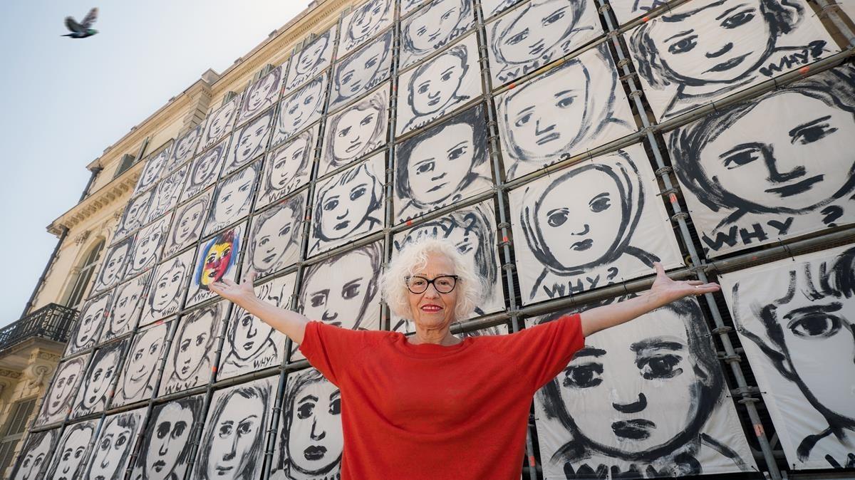 Carme Solé Vendrell, el miércoles junto al mural 'Why?' que luce en el Palau Robert.