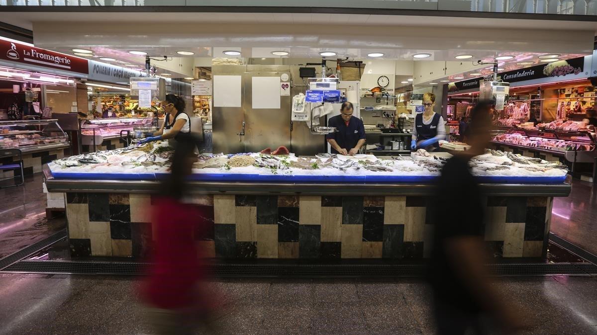 Pescadería de uno de los mercados municipales de Barcelona.