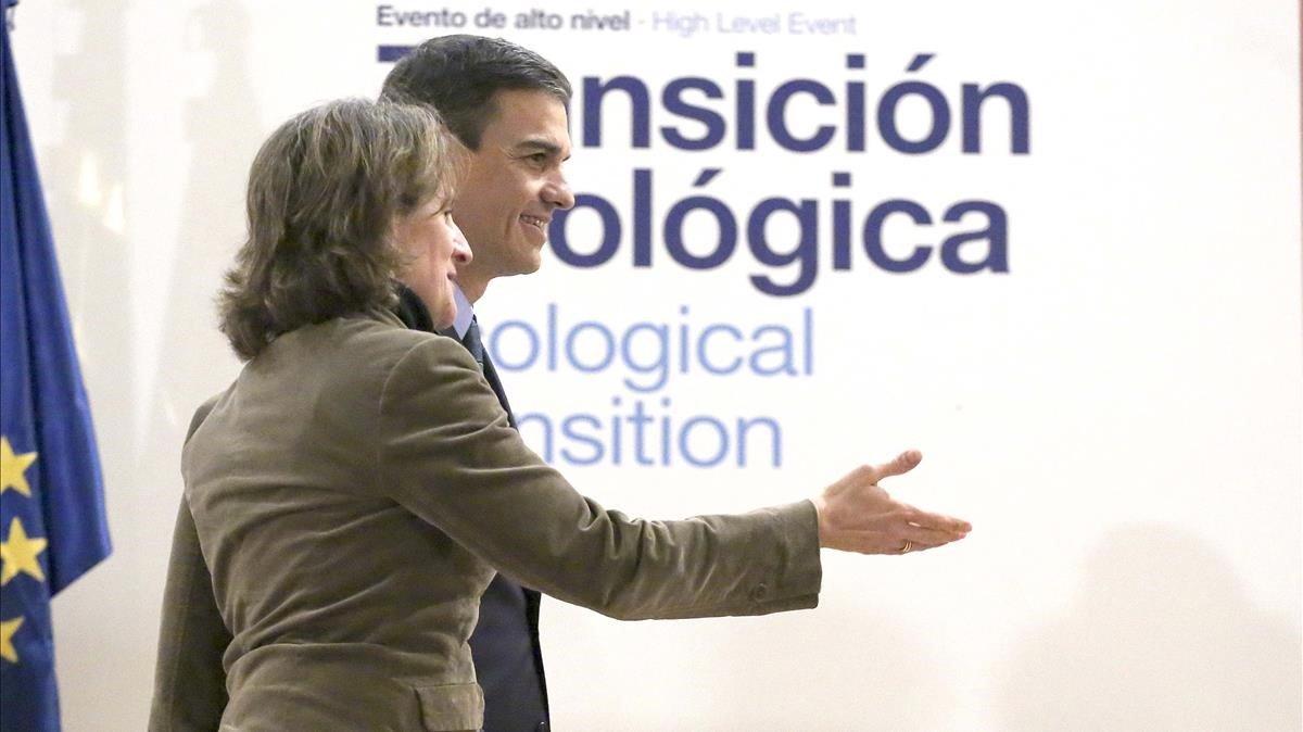 El presidente del Gobierno, Pedro Sánchez, con la ministra de Transición Ecológica, Teresa Ribera.