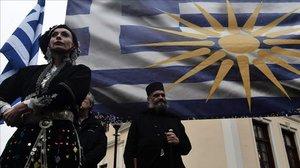 Personas ataviadas con trajes tradicionales se manifiestan en Atenas contra que Grecia aceptela nueva denominación del Estado deMacedonia como República de Macedonia del Norte, el 22 de enero del 2019.