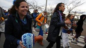 El pasacalles de Maracatu Mandacaru por las calles del Poblenou, el sábado.