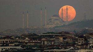 La superluna sobre Estambul.