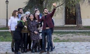 Mónica Oltra, en el centro, se hace un 'selfie' con el resto de integrantes de la lista de Compromís en Valencia