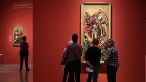 En primer plano, 'San Miguel triunfante sobre el demonio', una de las obras maestras de Bermejo que luce enel MNAC.