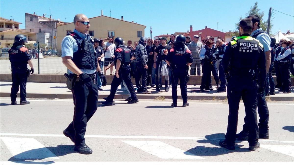 Despliegue de Mossos d'Esquadra en Verges tras el enfrentamiento por los lazos amarillos