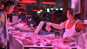 Un cliente compra carne en un mercado en Shenyang, en la provincia de Liaoning, al noreste de China.