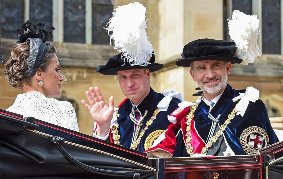 Los reyes Felipe VI y Letizia junto al príncipe Guillermo de Inglaterra, en el carruaje que les traslada al Castillo de Windsor, tras la ceremonia religiosa celebrada en la Capilla de San Jorge, en la que los nuevos caballeros de la orden de la Jarretera han tomado posesión de sus sitiales de honor.