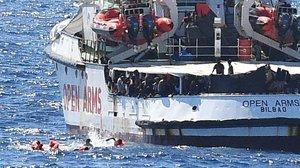Nueve inmigrantes del 'Open Arms' se han tirado al agua para intentar llegar a la costa de Lampedusa.