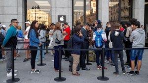 Foto de archivo con colas en la tienda de Apple de la Puerta del Sol, en Madrid.