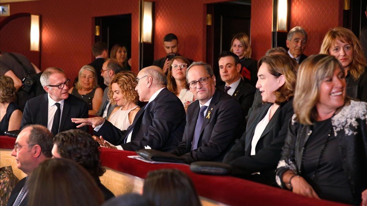De izquierda a derecha: José Guiao, Meritxell Batet, Salvador Alemany, Quim Torra, Ada Colau y Núria Marin en el palco de autoridades del Liceu.