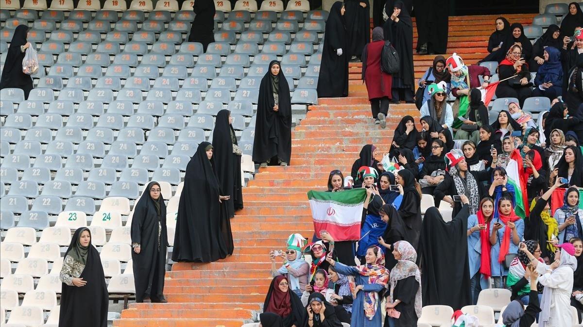 Las gradas del estadio de Teherán, durante el Irán-Camboya para el mundial de Qatar.