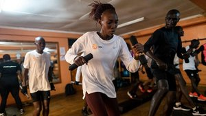 Sesión de entrenamiento de Sally Chepyego (c),Anthony Maritim (d)y Eliud Kipchogeen el gimnasio Trim de Eldoret de Kenia.