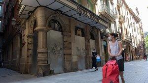 Uno de los muchos hoteles aún cerrados y tapiados, en el barrio Gòtic de Barcelona.