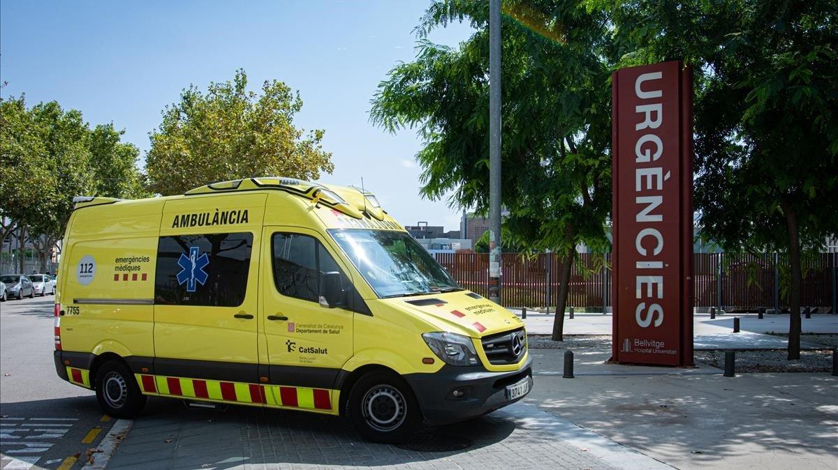 Una ambulancia entra en urgencias en elHospital de Bellvitge.