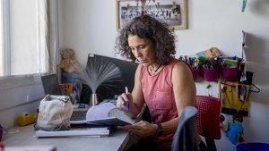 Natalia Pomareda, en su casa, preparando alguno de los proyectos del nuevo curso