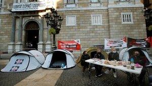 Acampada del sector del ocio nocturno en la plaza de Sant Jaume.