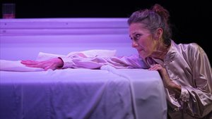 Lluïsa Mallol en un momento de 'La dona trencada', que ofrece el TNC de jueves a domingo en la Sala Tallers.