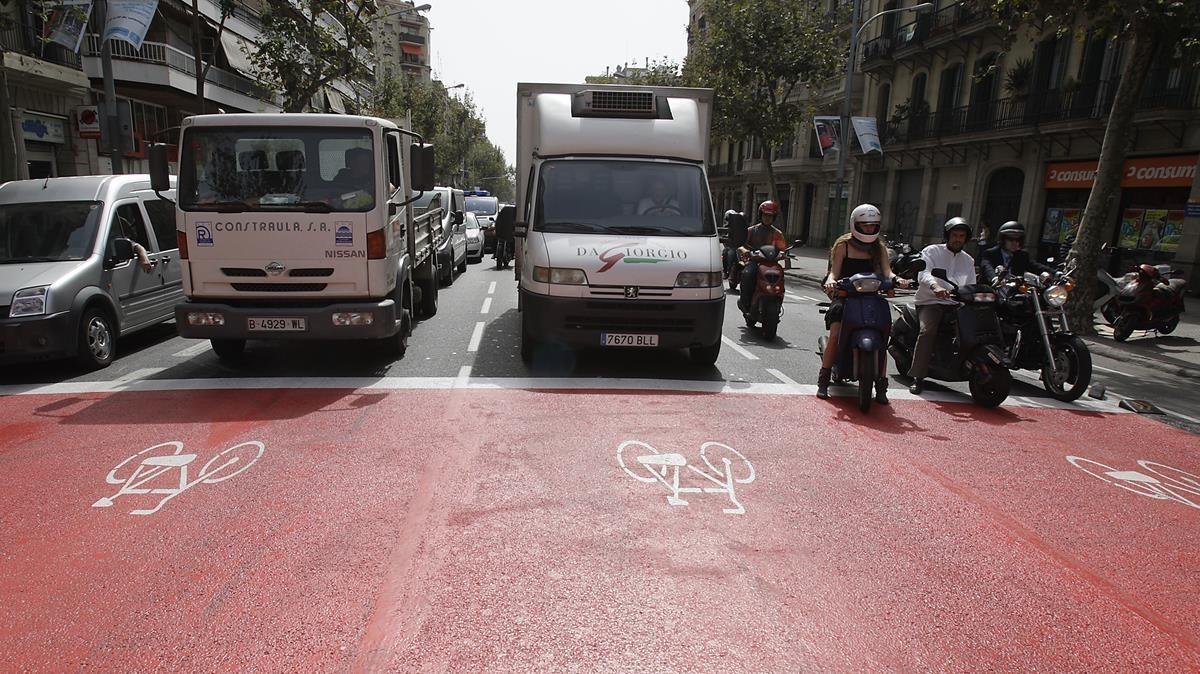 La misma zona, en el 2008, con motos y coches respetando el espacio.