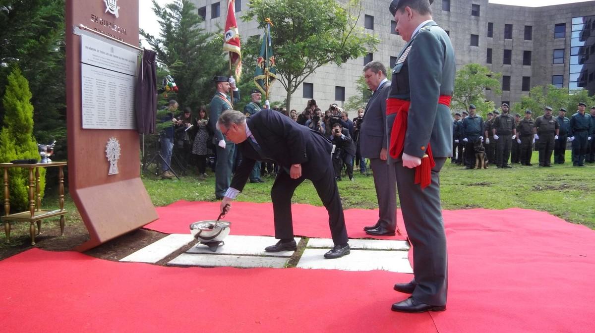 El ministro del Interior, Juan Ignacio Zoido, ha inaugurado en el cuartel de Intxaurrondoun pebetero dedicado a los 214 guardias civiles asesinados por ETA.