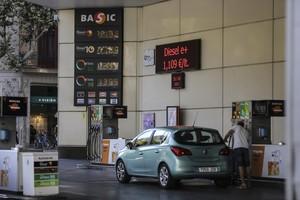 Cotxes en una gasolinera, a lagost, a Barcelona.