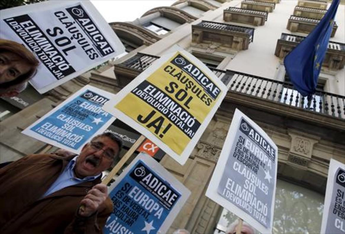 Afectados 8Protesta contra las cláusulas suelo, ayer, ante la delegación de la UE en Barcelona.