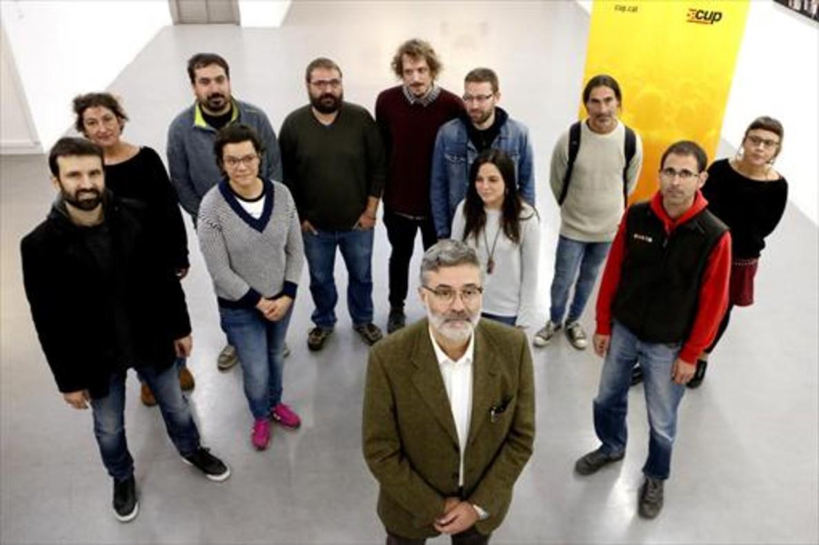 Carles Riera, rodeado por miembros de las listas de la CUP.