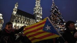 Partidarios de la independencia desplazados a Bruselas, se fotografían en el centro de la capital.