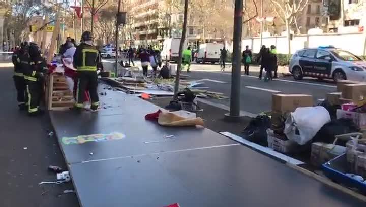 El vendaval se lleva por delante los techos de las casetas de la Fira de Reis de la Gran Via de Barcelona