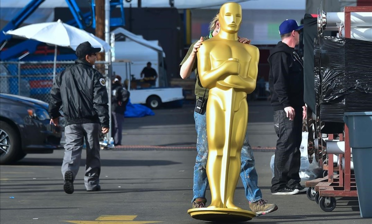 zentauroepp37400019 a statue of the oscar is transported in a hollywood back lot180221195437