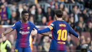Messi corre a abrazar a Dembélé, que le dio la asistencia en su gol al Athletic.