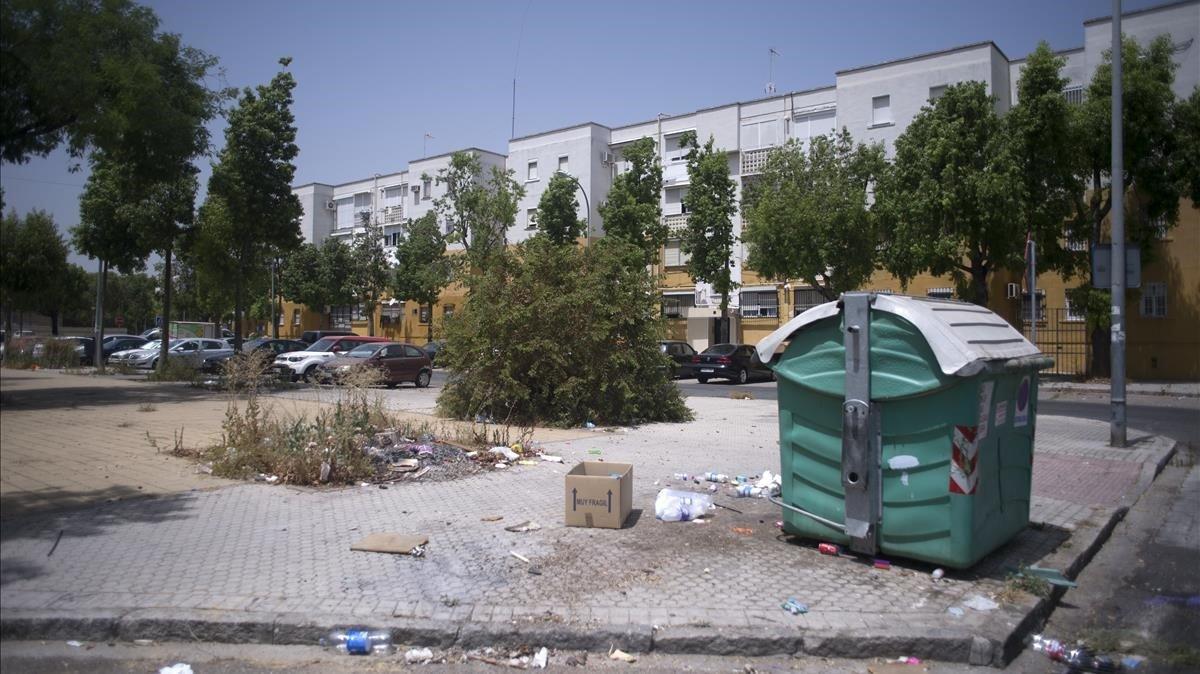 La suciedad se acumula en el suelo de la barriada de Los Pajaritos, en Sevilla. AFP / JORGE GUERRERO